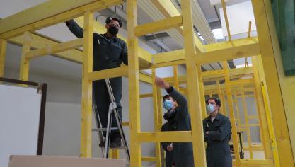 Dans l'atelier bois flambant neuf du lycée professionnel Diderot, des jeunes passent le CAP menuiserie.