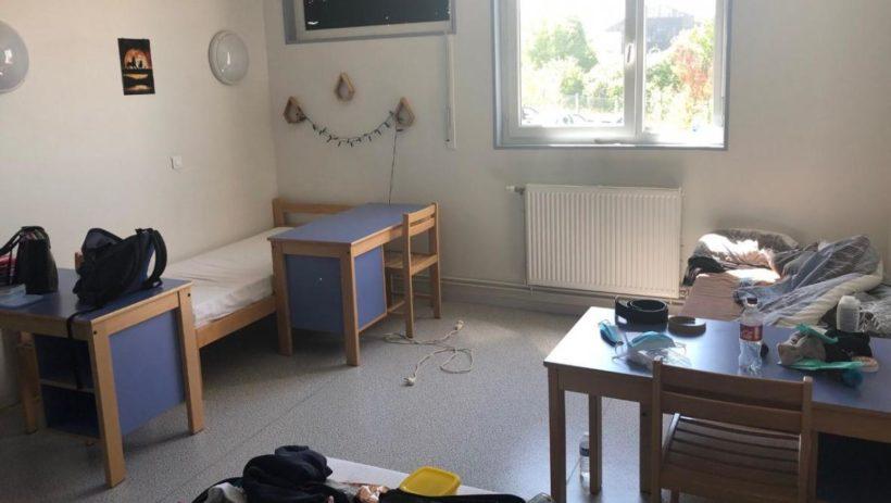 L'internat dispose de chambres de trois lits en majorité, mais aussi d'une salle commune mixte, d'une salle de billard et de projection.